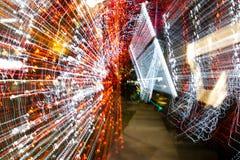 Τα φω'τα πόλεων νύχτας διασκόρπισαν με την κίνηση και το ζουμ καμερών έξω στη μακροχρόνια έκθεση Στοκ Εικόνες