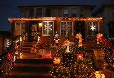 Τα φω'τα διακοσμήσεων σπιτιών Χριστουγέννων επιδεικνύουν στην προαστιακή γειτονιά του Μπρούκλιν των υψών Dyker Στοκ Φωτογραφία