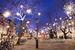 Τα φω'τα Χριστουγέννων παρουσιάζουν στο Λονδίνο Στοκ Φωτογραφίες