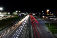 Τα φω'τα των αυτοκινήτων στην οδό που ονομάζεται μετά από Pavel Morozov στην πόλη Khabarovsk στοκ εικόνες
