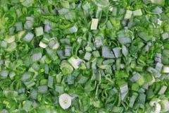 Τα φύλλα του φρέσκου κρεμμυδιού είναι λεπτά - τεμαχισμένος για τη σαλάτα Στοκ φωτογραφία με δικαίωμα ελεύθερης χρήσης