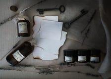 Τα φύλλα έκαψαν το έγγραφο, τα δοχεία και τα μπουκάλια, παλαιά κλειδιά, ξηρό lavender επάνω από την όψη Στοκ Εικόνα
