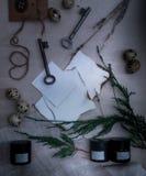 Τα φύλλα έκαψαν το έγγραφο, τα δοχεία και τα μπουκάλια, παλαιά κλειδιά, ξηρό lavender επάνω από την όψη Στοκ φωτογραφία με δικαίωμα ελεύθερης χρήσης