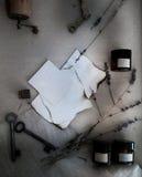 Τα φύλλα έκαψαν το έγγραφο, τα δοχεία και τα μπουκάλια, παλαιά κλειδιά, ξηρό lavender Τοπ όψη Στοκ φωτογραφία με δικαίωμα ελεύθερης χρήσης
