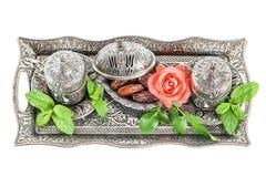 Τα φύλλα μεντών επιτραπέζιας ρύθμισης τσαγιού διακοπών αυξήθηκαν λουλούδι ασιατικό hosp Στοκ Εικόνες