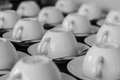 Τα φλυτζάνια καφέ τακτοποιούν στη σειρά Στοκ εικόνα με δικαίωμα ελεύθερης χρήσης