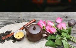Τα φλυτζάνια τσαγιού με teapot και αυξήθηκαν λουλούδι Στοκ φωτογραφία με δικαίωμα ελεύθερης χρήσης