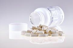 Τα χάπια του θρεπτικού συμπληρώματος ανέτρεψαν έξω το ανοικτό εμπορευματοκιβώτιο Στοκ Εικόνα