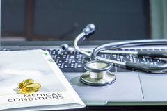 Τα χάπια χρωματίζουν κίτρινο στην υγειονομική περίθαλψη έννοιας βιβλίων φαρμάκων dar Στοκ φωτογραφία με δικαίωμα ελεύθερης χρήσης