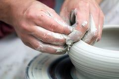 Τα χέρια αγγειοπλαστών Στοκ Φωτογραφίες