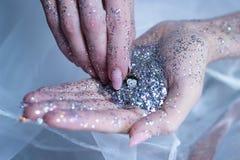 τα χέρια ακτινοβολούν wakeup χρονικών ρολογιών νέο ασήμι έτους Στοκ Εικόνες
