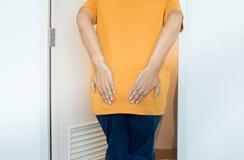 Τα χέρια ατόμων που κρατούν το κατώτατο σημείο του που χρησιμοποιεί τη στοκ εικόνα με δικαίωμα ελεύθερης χρήσης