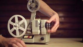 Τα χέρια ατόμων ` s θα πάρουν τον παλαιό προβολέα ταινιών απόθεμα βίντεο