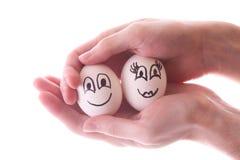τα χέρια αυγών απομόνωσαν δύο στοκ εικόνες