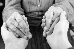 Τα χέρια βοηθείας στοκ φωτογραφία με δικαίωμα ελεύθερης χρήσης