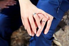 Τα χέρια γαμήλιων ζευγών με έναν γάμο χτυπούν Στοκ Εικόνες
