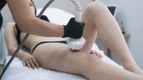 Τα χέρια γιατρών εφαρμόζουν το ειδικό πήκτωμα στο σώμα γυναικών, κάνουν τη διαδικασία ανύψωσης, σε αργή κίνηση απόθεμα βίντεο
