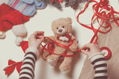 Τα χέρια γυναικών και teddy αντέχουν το παιχνίδι Στοκ Εικόνες