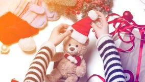 Τα χέρια γυναικών και teddy αντέχουν το παιχνίδι Στοκ φωτογραφίες με δικαίωμα ελεύθερης χρήσης