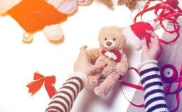 Τα χέρια γυναικών και teddy αντέχουν το παιχνίδι Στοκ φωτογραφία με δικαίωμα ελεύθερης χρήσης