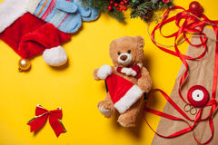 Τα χέρια γυναικών και teddy αντέχουν το παιχνίδι Στοκ εικόνα με δικαίωμα ελεύθερης χρήσης