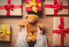 Τα χέρια γυναικών που κρατούν teddy αντέχουν το παιχνίδι με τα δώρα Στοκ εικόνες με δικαίωμα ελεύθερης χρήσης