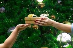 Τα χέρια δίνουν τα συγχαρητήρια δώρων σας ευχαριστούν πράσινο υπόβαθρο στοκ φωτογραφία με δικαίωμα ελεύθερης χρήσης