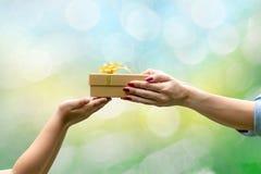 Τα χέρια δίνουν συγχαρητήρια δώρων σας ευχαριστούν στοκ φωτογραφία με δικαίωμα ελεύθερης χρήσης