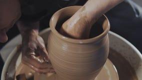 Τα χέρια δημιουργούν ήπια σωστά διαμορφωμένο χειροποίητο από τον άργιλο απόθεμα βίντεο