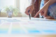 Τα χέρια δύο επιχειρηματιών Σημείο στο οικονομικό φύλλο Η βοήθεια αποφασίζει ποιες πληροφορίες για να προσφέρει στους πελάτες Στοκ φωτογραφίες με δικαίωμα ελεύθερης χρήσης