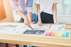 Τα χέρια δύο επιχειρηματιών Σημείο στο οικονομικό φύλλο Η βοήθεια αποφασίζει ποιες πληροφορίες για να προσφέρει στους πελάτες Στοκ Φωτογραφίες