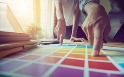 Τα χέρια δύο επιχειρηματιών Σημείο στο οικονομικό φύλλο Η βοήθεια αποφασίζει ποιες πληροφορίες για να προσφέρει στους πελάτες Στοκ εικόνα με δικαίωμα ελεύθερης χρήσης