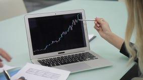 Τα χέρια δύο συναδέλφων, που συζητούν τα ποσοστά bitcoin, κλείνουν επάνω απόθεμα βίντεο