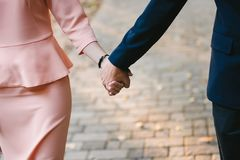 τα χέρια εκμετάλλευσης ζευγών στενά, περίπατος η πορεία Στοκ Εικόνες