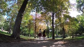 Τα χέρια εκμετάλλευσης ζεύγους περπατούν μαζί μακριά το ρομαντικό υπόβαθρο της Μαδρίτης πάρκων Buen Retiro απόθεμα βίντεο