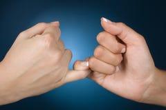 τα χέρια εμφανίζουν συμπόν&omi Στοκ φωτογραφία με δικαίωμα ελεύθερης χρήσης