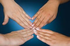 τα χέρια εμφανίζουν συμπόν&omi Στοκ εικόνες με δικαίωμα ελεύθερης χρήσης