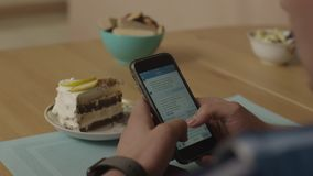 Τα χέρια ενός ατόμου γράφουν τα sms σε ένα smartphone Το άτομο γράφει ένα μήνυμα σε ένα smartphone Ένα άτομο δακτυλογραφεί ένα κε απόθεμα βίντεο