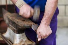 Τα χέρια ενός ατόμου που καθορίζει το πέταλο ενός αλόγου Στοκ φωτογραφία με δικαίωμα ελεύθερης χρήσης