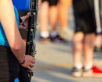 Τα χέρια ενός βαθιού φορέα κλαρινέτων Στοκ φωτογραφία με δικαίωμα ελεύθερης χρήσης
