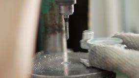 Τα χέρια ενός βιομηχανικού εργάτη στα γάντια κάνουν τις τρύπες απόθεμα βίντεο