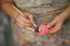 Τα χέρια ενός καλλιτέχνη γυναικών Στοκ Εικόνες