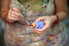 Τα χέρια ενός καλλιτέχνη γυναικών Στοκ φωτογραφία με δικαίωμα ελεύθερης χρήσης