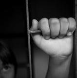 Τα χέρια ενός κοριτσιού αρπάζουν στοκ εικόνες με δικαίωμα ελεύθερης χρήσης
