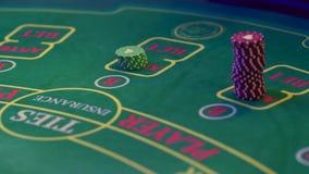 Τα χέρια ενός κρουπιέρη στον πίνακα τυχερού παιχνιδιού χαρτοπαικτικών λεσχών φιλμ μικρού μήκους