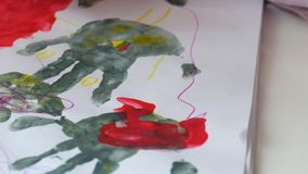 Τα χέρια ενός παιδιού σύρουν τις λαβές απόθεμα βίντεο