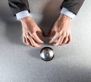 Τα χέρια επιχειρηματιών διατύπωσης παραπόνων που περιμένουν τη νευρική βοήθεια πελατών, βάζουν οριζόντια Στοκ Φωτογραφία