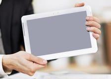 Τα χέρια επιχειρηματιών κρατούν τη συσκευή οθόνης αφής στοκ εικόνες