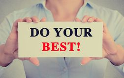 Τα χέρια επιχειρηματιών που κρατούν το σημάδι με κάνουν το καλύτερο μήνυμά σας στοκ εικόνα