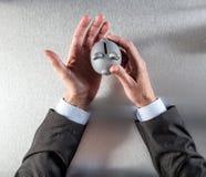 Τα χέρια επιχειρηματιών φροντίδας που κρατούν ένα ασφαλές κιβώτιο χρημάτων, επίπεδο βάζουν Στοκ εικόνες με δικαίωμα ελεύθερης χρήσης